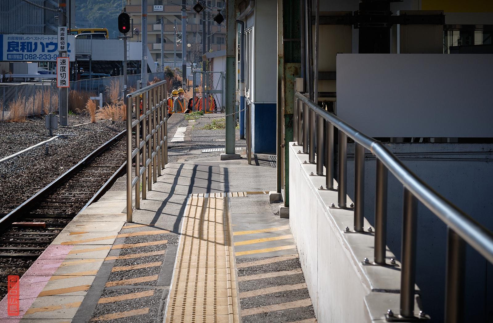 Quais et rails de la gare de Yokogawa