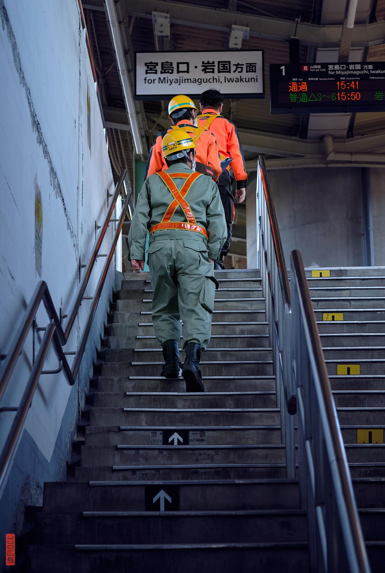 Travailleurs en uniforme de travail, gare de Yokogawa, Japon