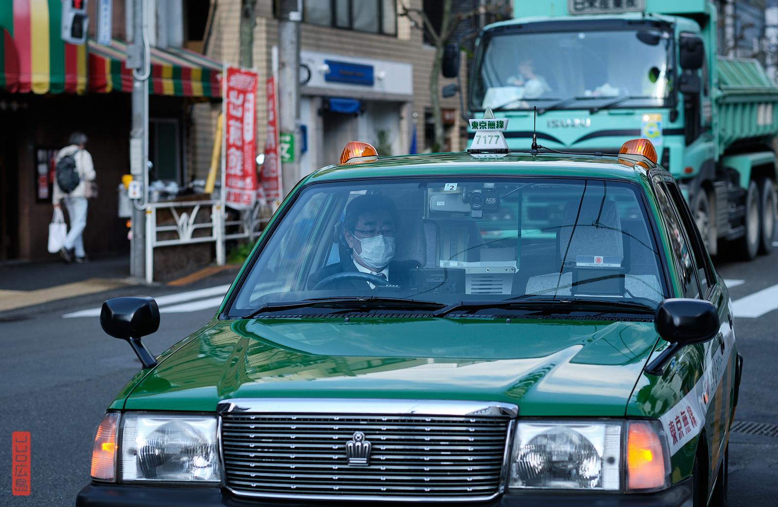 Conducteur de taxi portant un masque, Yoyogi, Tokyo, Japon
