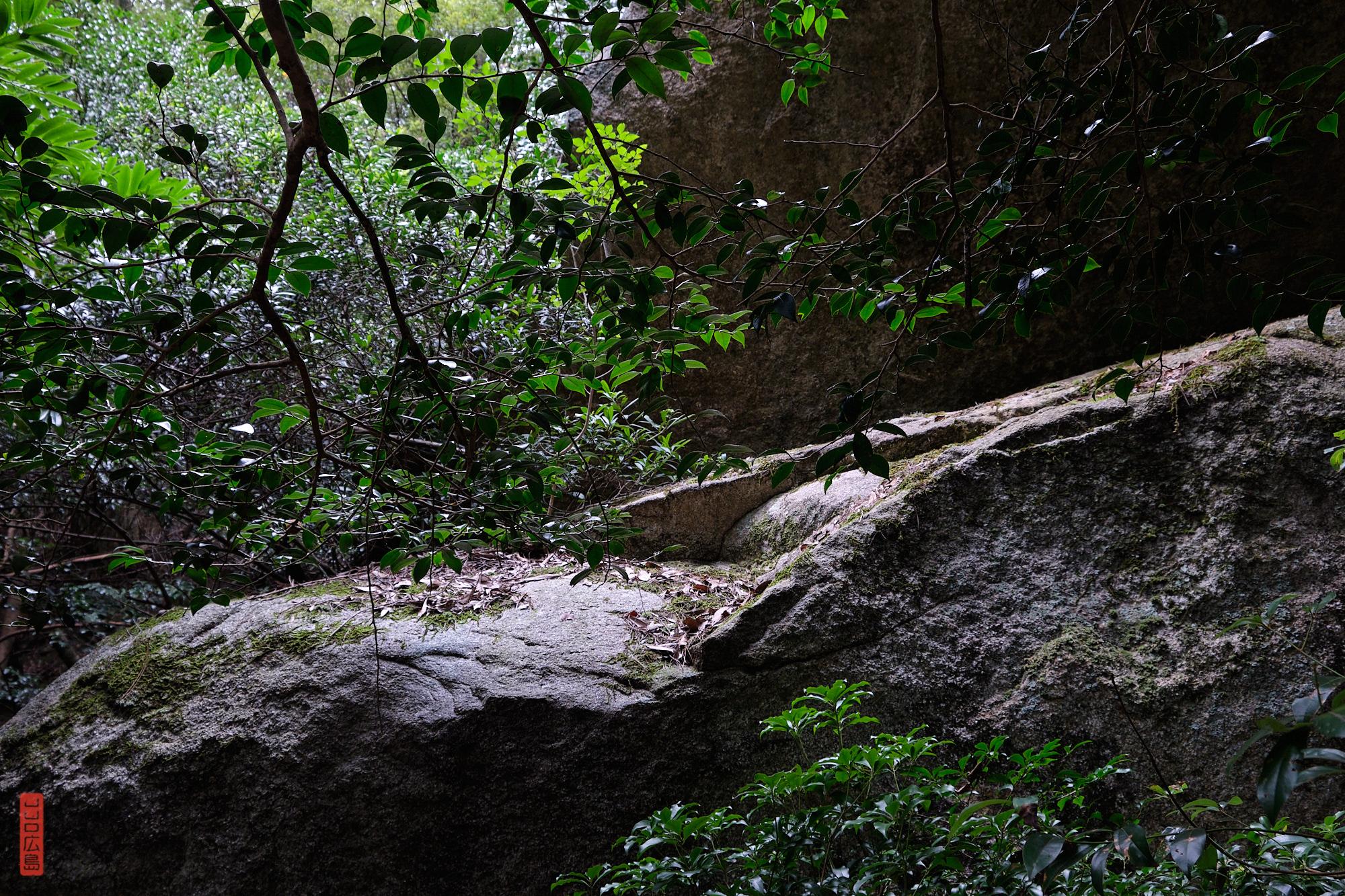 gigantesques rochers, chemin Omoto