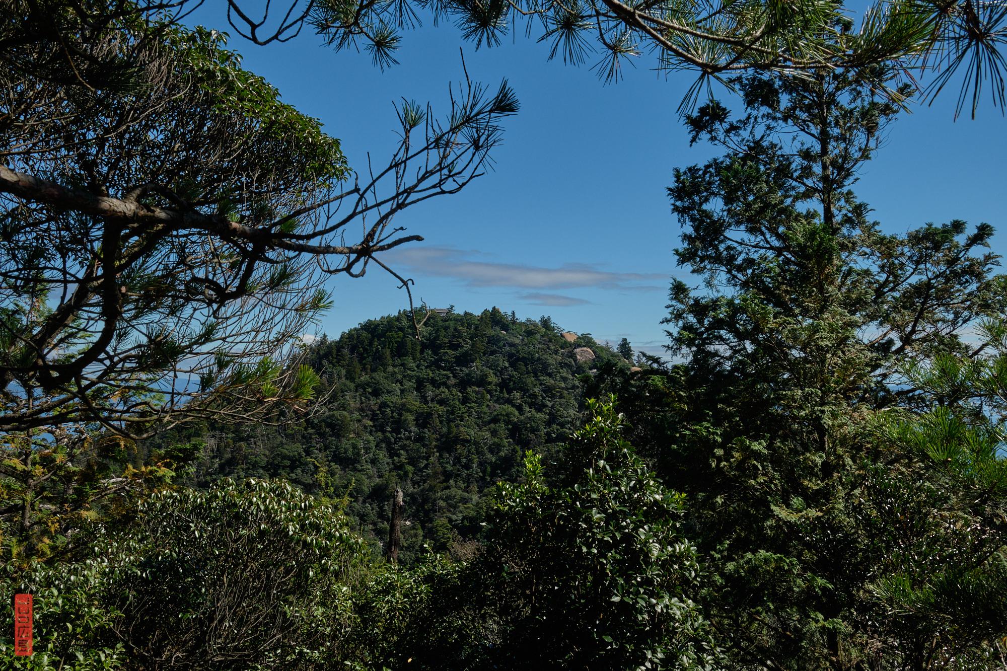 Vue sur le sommet du Mont Misen et son observatoire