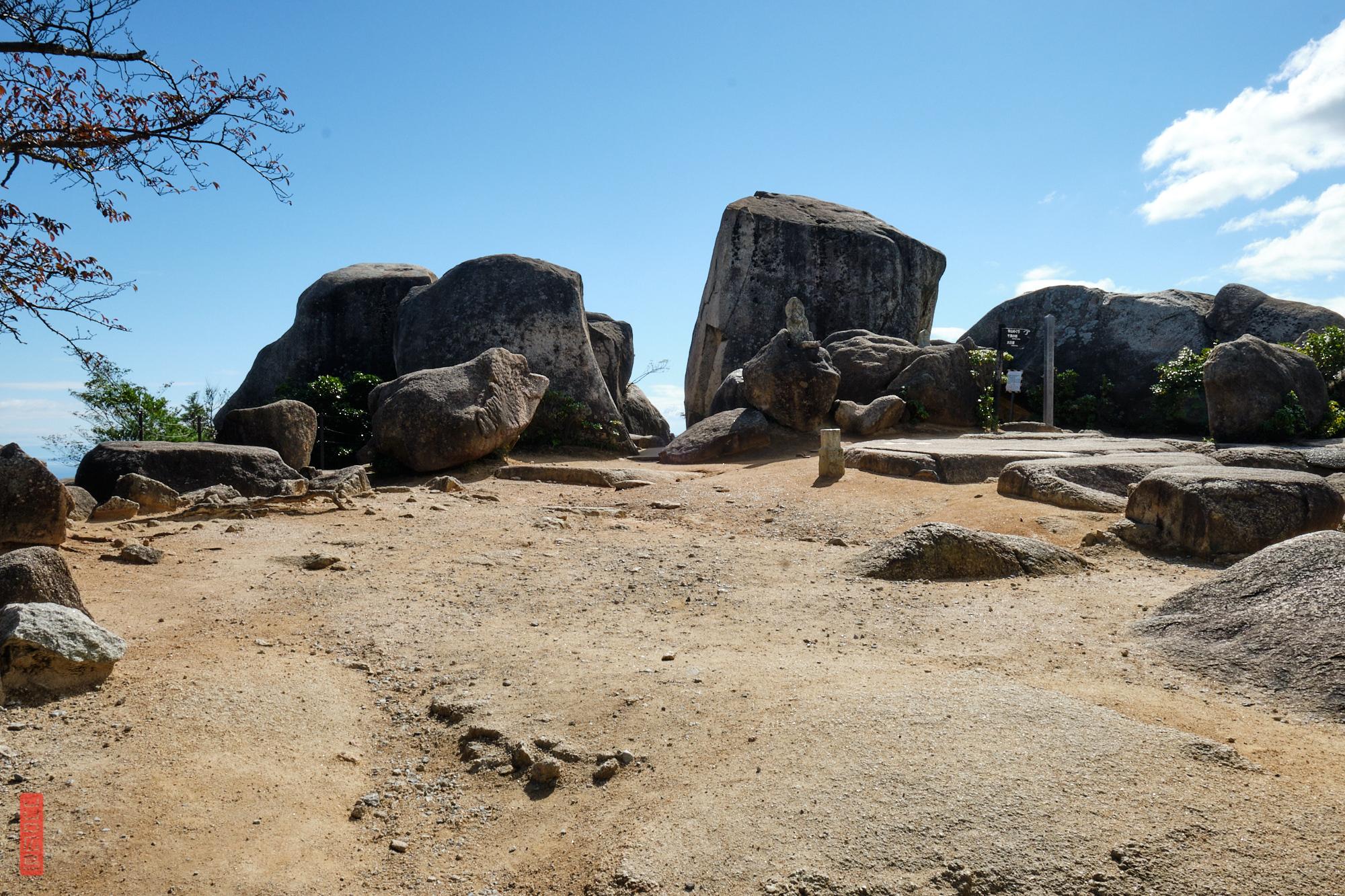 Les énormes rochers du sommet du Mont Misen