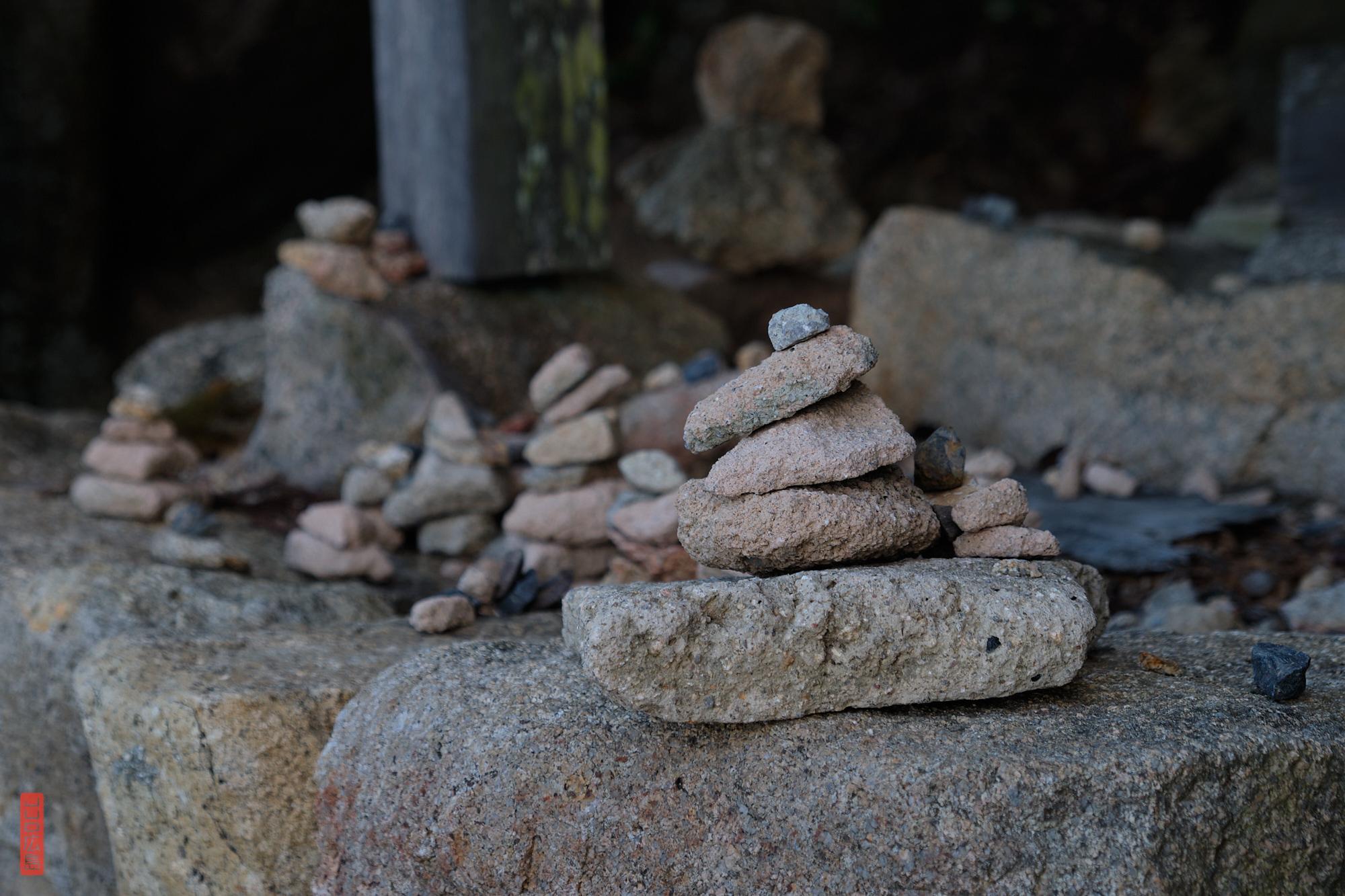 """Les """"cairn"""", petits tas de cailloux, Mont Misen"""