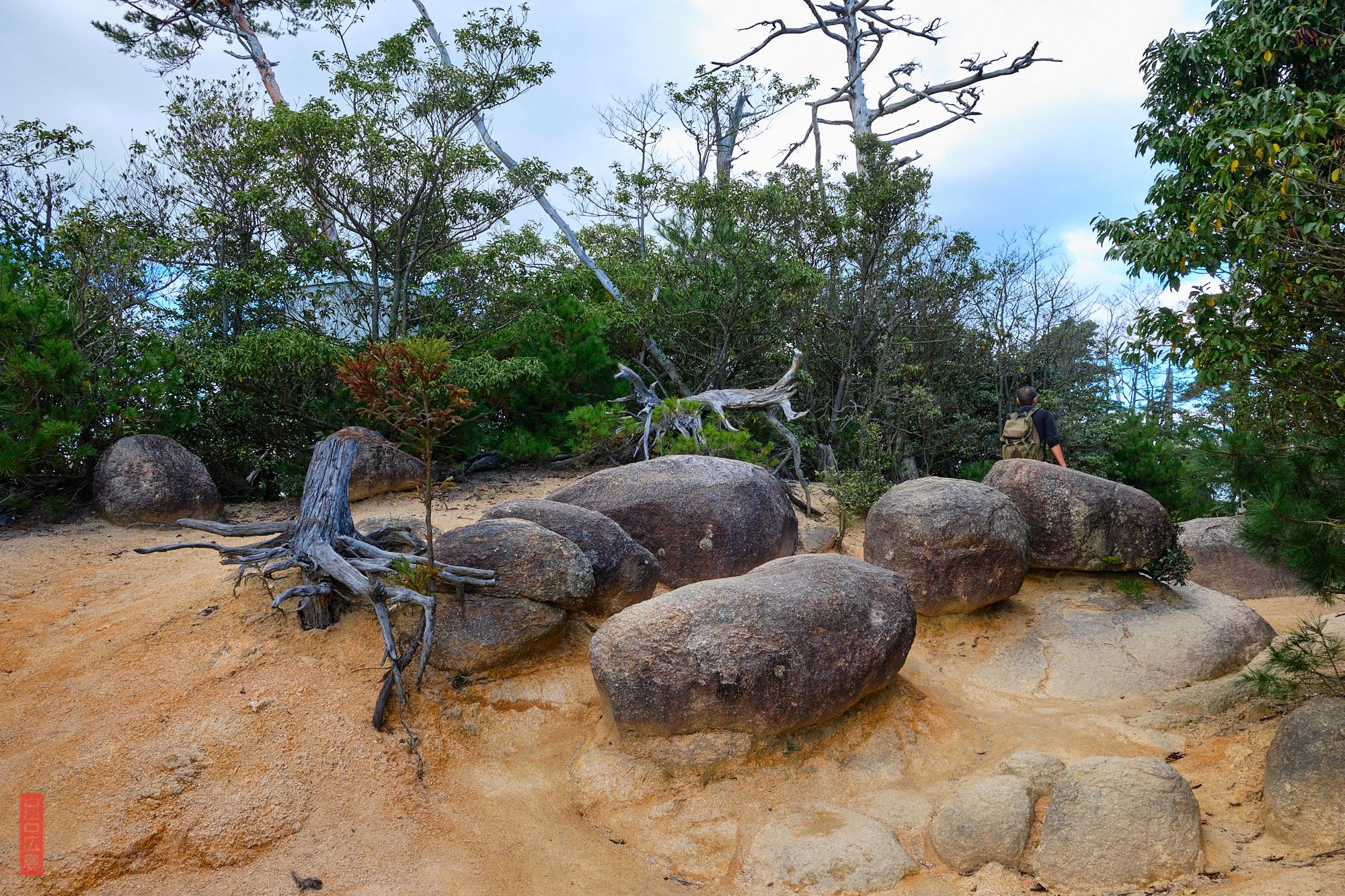 pierre et terre ocre sur le Mont Misen