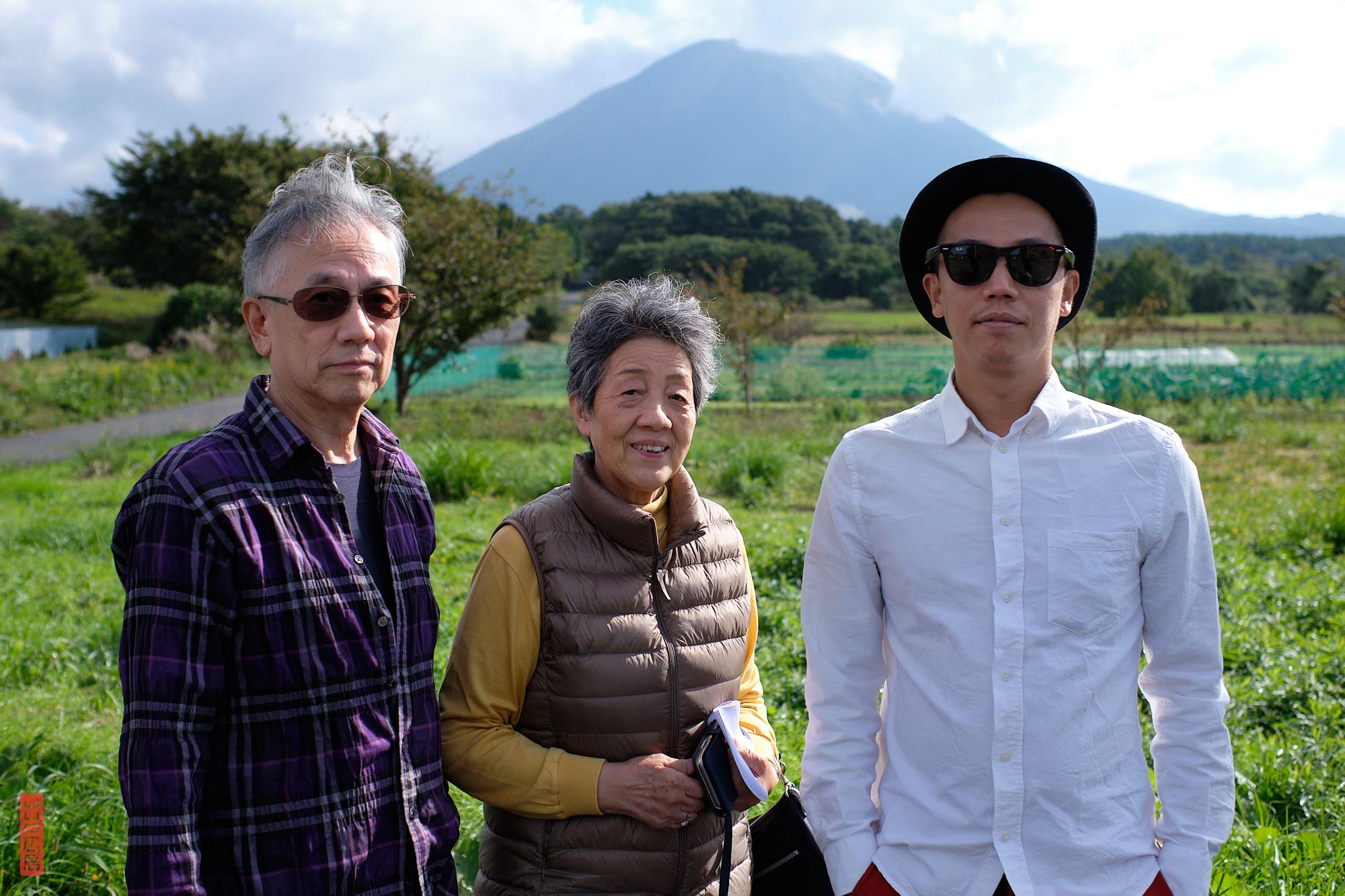 la famille devant le mont Daisen