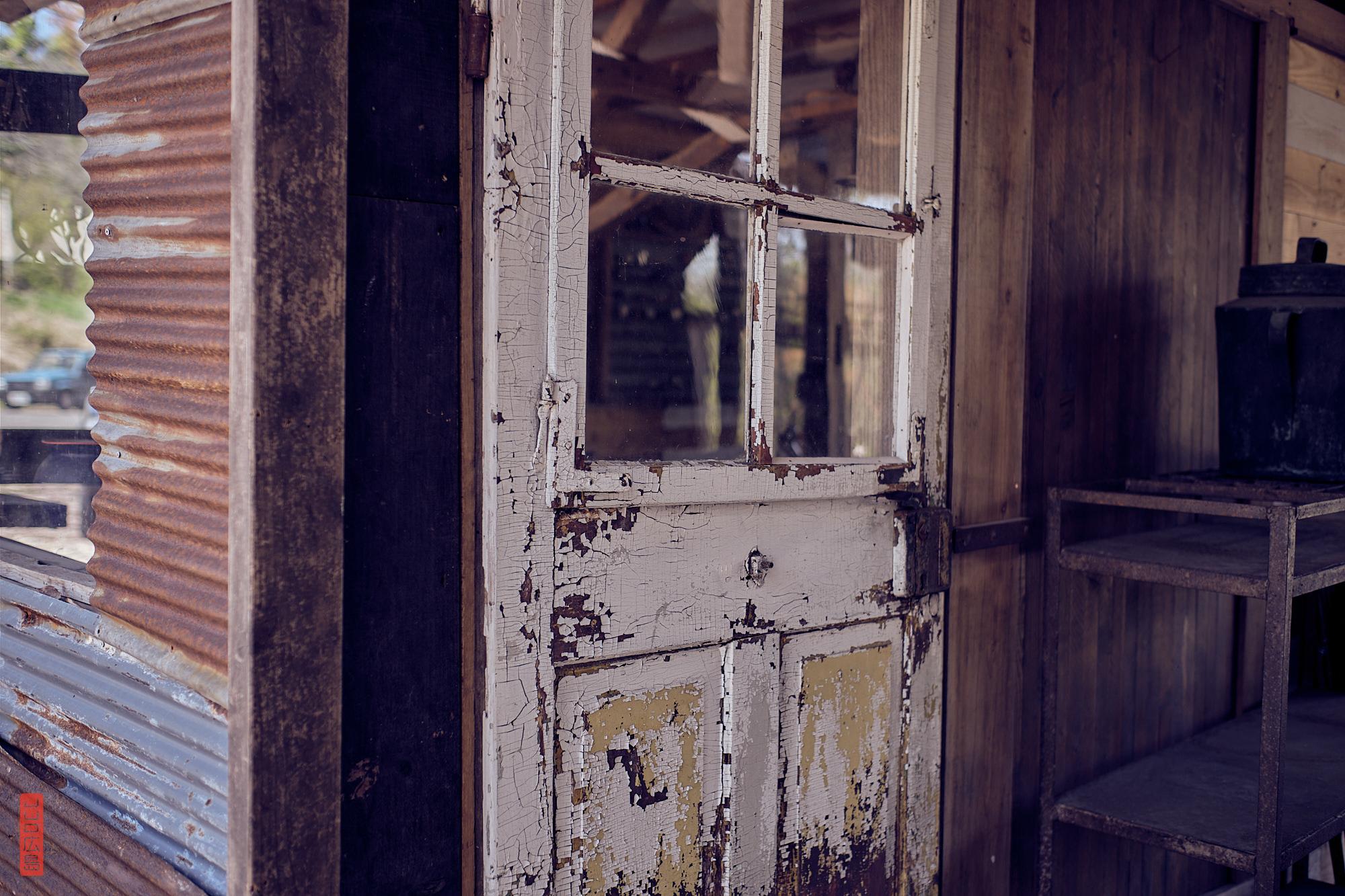 tôle ondulée et porte en bois peinte avec peinture écaillée