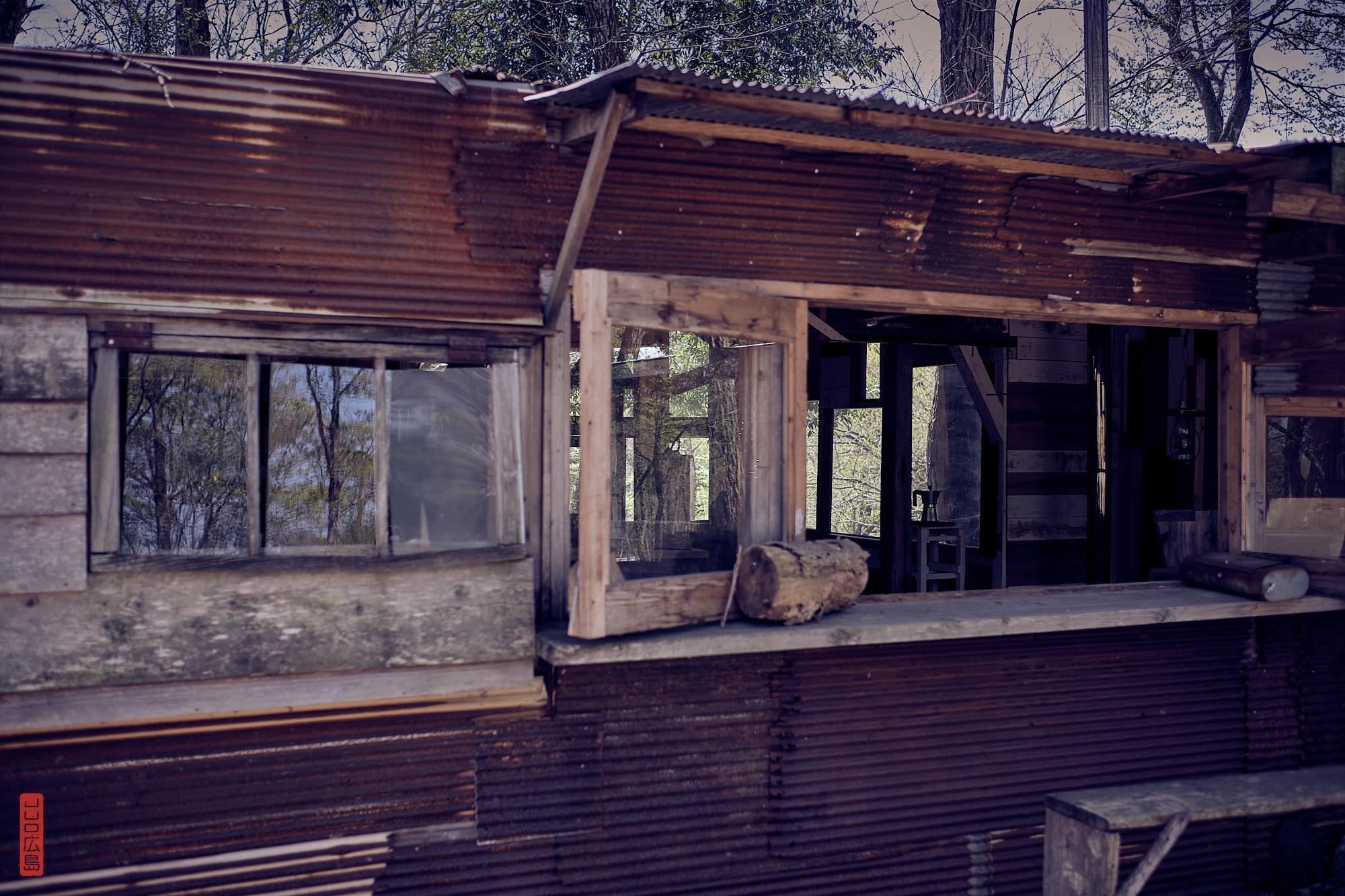 cabane en bois brut et tôle ondulée et rouillée
