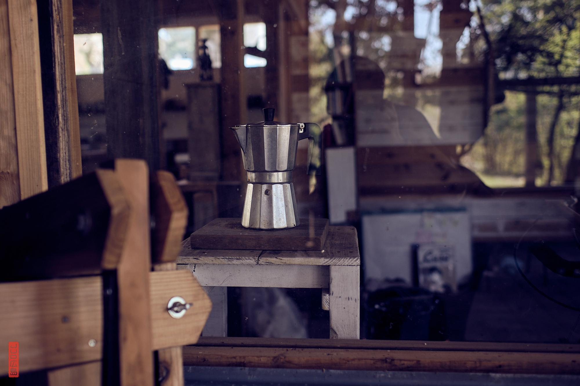 cafetière italienne dans une cabane dans la forêt près du mont Daisen, Japon