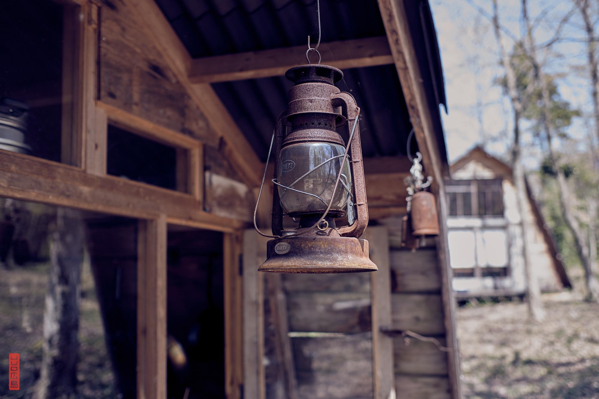 lampe à huile Dietz à l'entrée d'un café dans la forêt