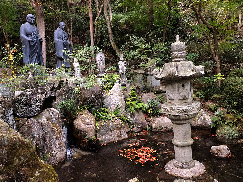 Bassin et grandes statues à Mitaki