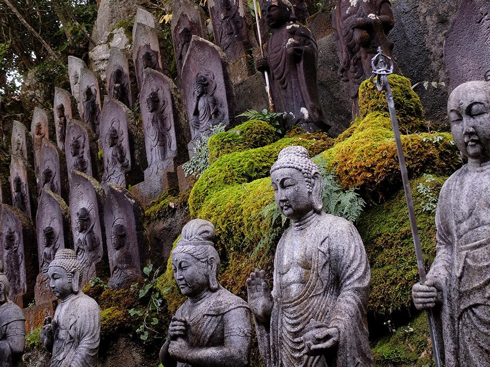Statues et mousse à Mitaki