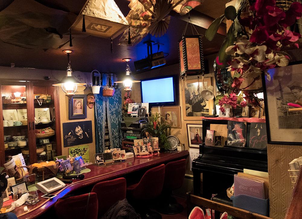 Snack)bar karoké Chante ! à Hiroshima, plein de déco française