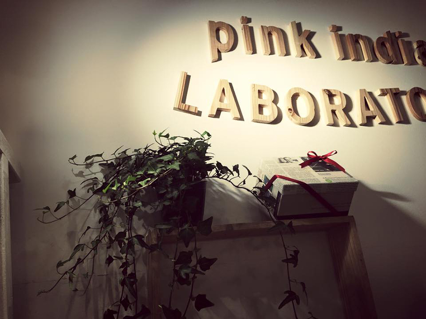 Logo Pink India en lettres de bois