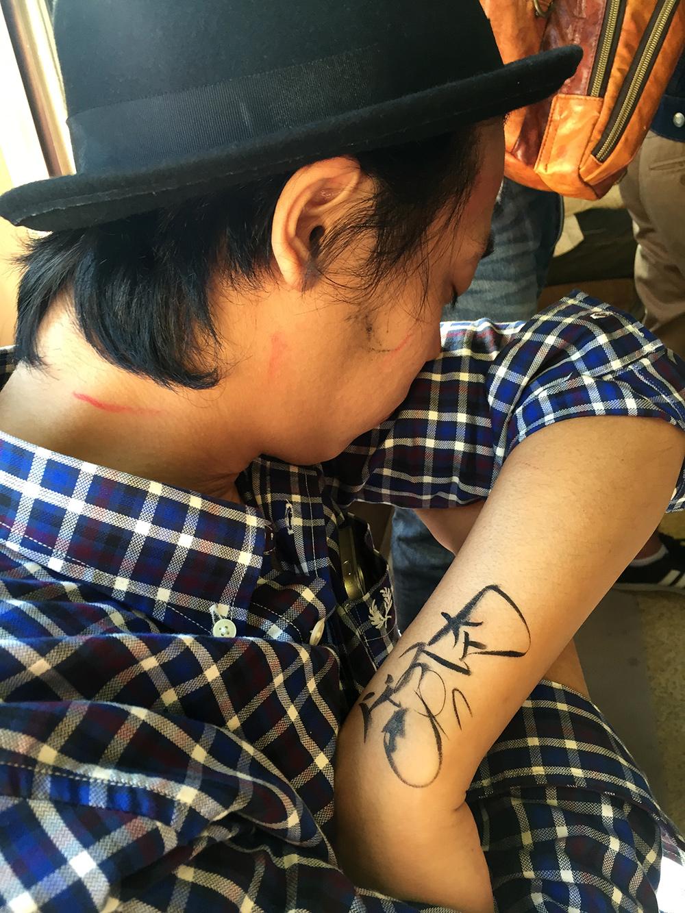 Graffiti sur Japonais ivre qui somnole