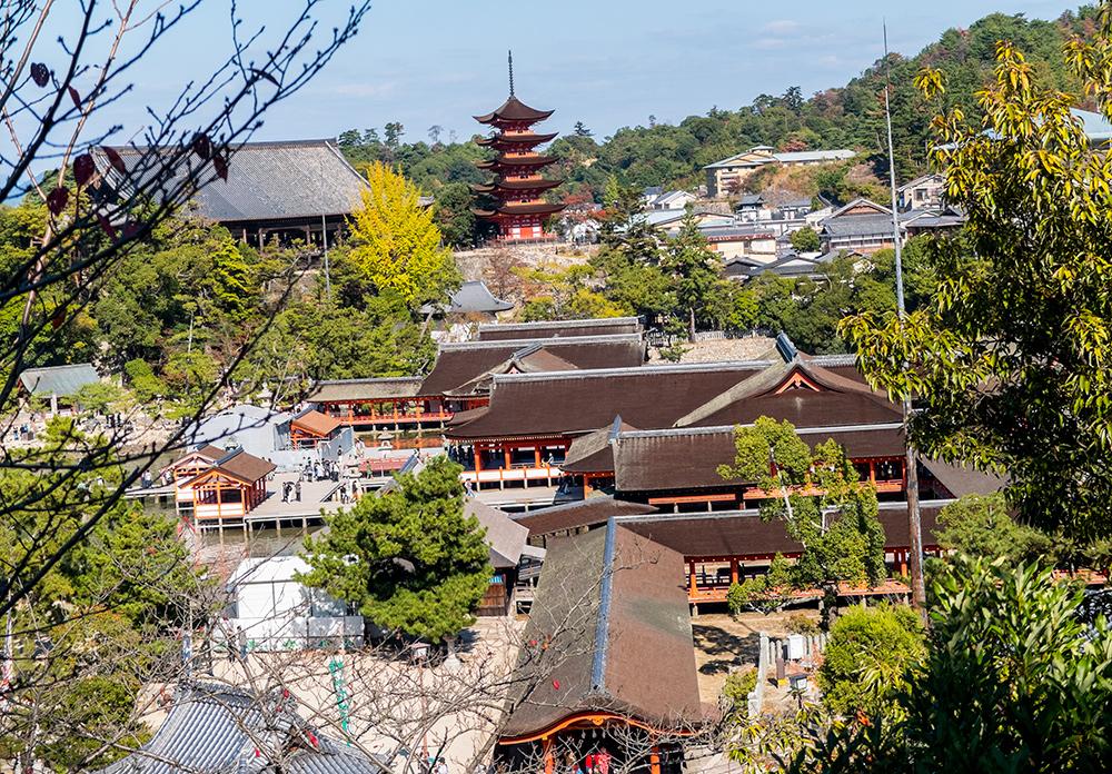 Vue sur le sanctuaire d'Itsukushima et la pagode à 5 étages depuis la pagode Tahoto, Miyajima