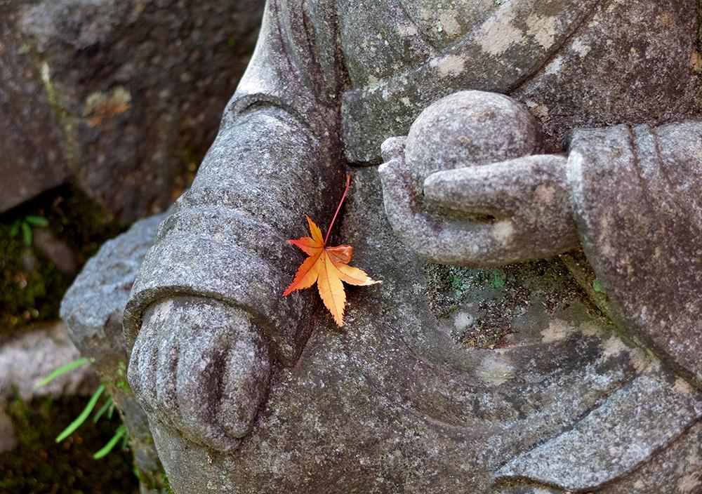 Feuille d'érable sur statue bouddhique, Daisho-in, Miyajima