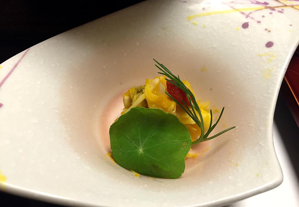 Champignons et méduse blanche hinata ae (« au soleil » : dans de la citrouille), cresson de fontaine, hijiki (algue) de montagne, noix de goji.