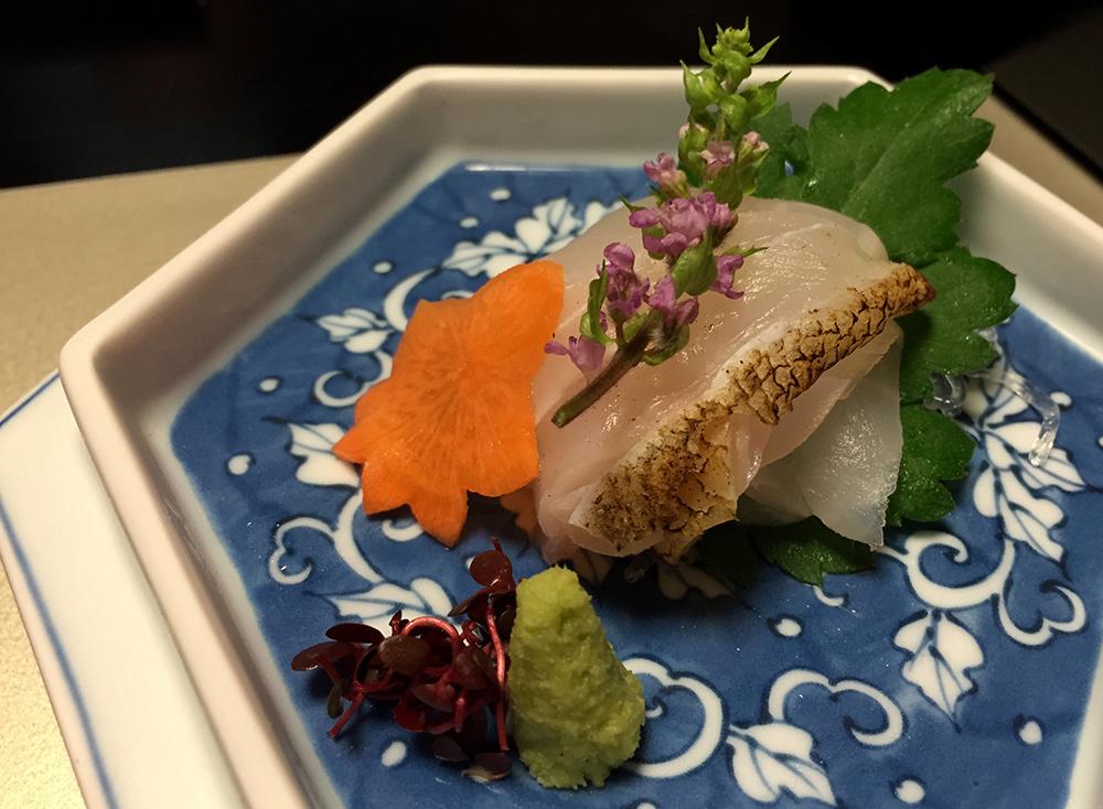 sashimi de perche à bords en scie, feuille de chrysanthème, feuille de shiso, feuille d'érable en carotte