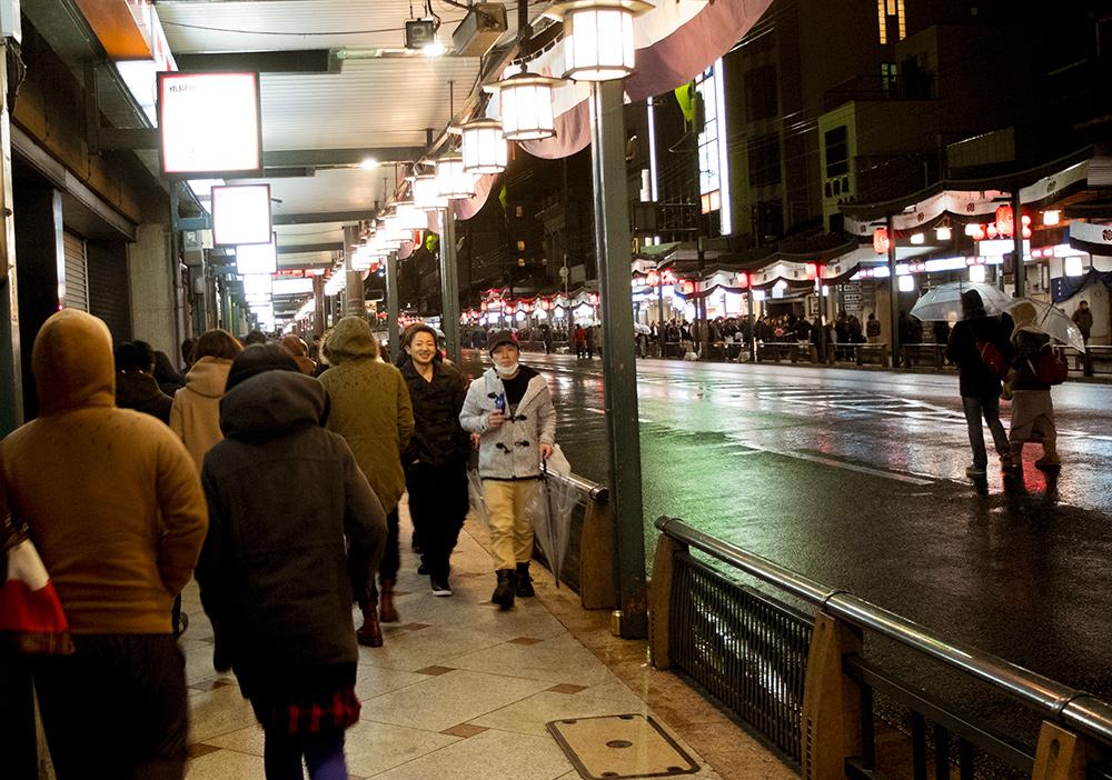 Les foules dans avenue Shijo-dori, Kyoto, vers 1h30 du mat