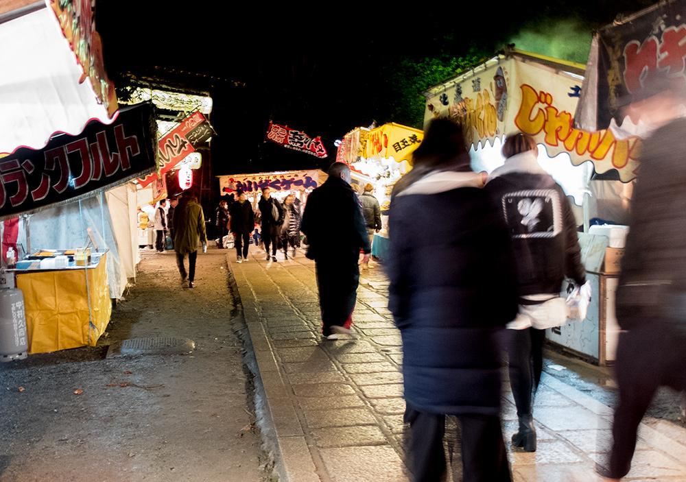 Yatai (stands de nourriture) dans le sanctuaire Yasaka, Kyoto, vers 6h30 du matin