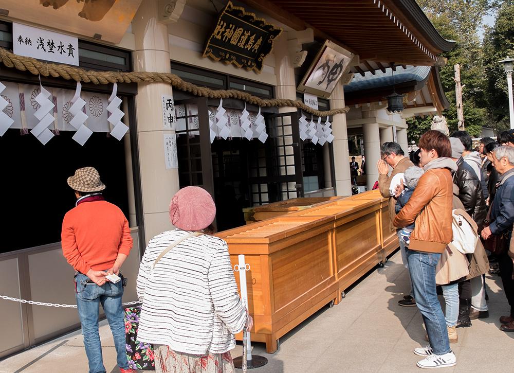Devant le saisenbako (賽銭箱), boîte à offrandes du sanctuaire