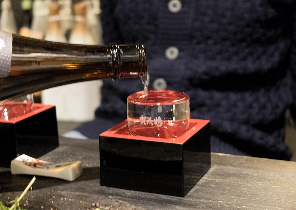 Saké servi dans un sakamasu (酒枡)