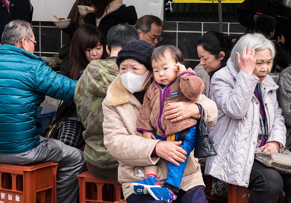 Grand-mère et bébé japonais dans un matsuri