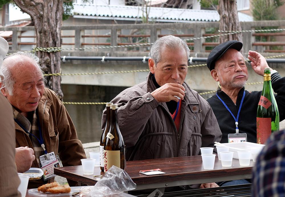 Tablée de grand-pères japonais buvant du saké