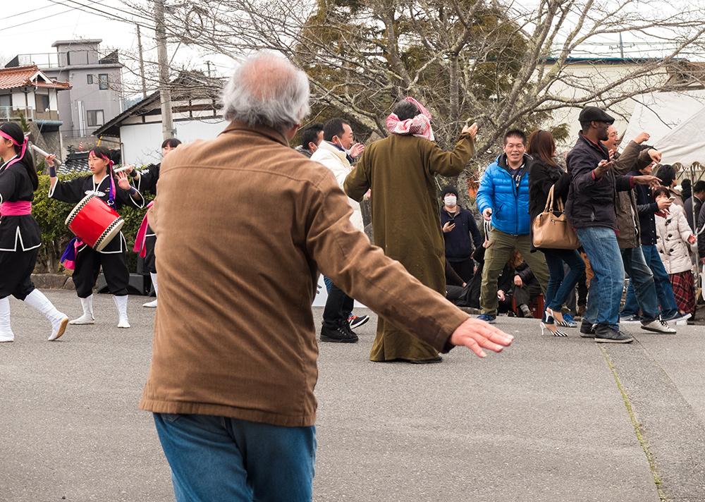 japonais qui dansent dans un matsuri