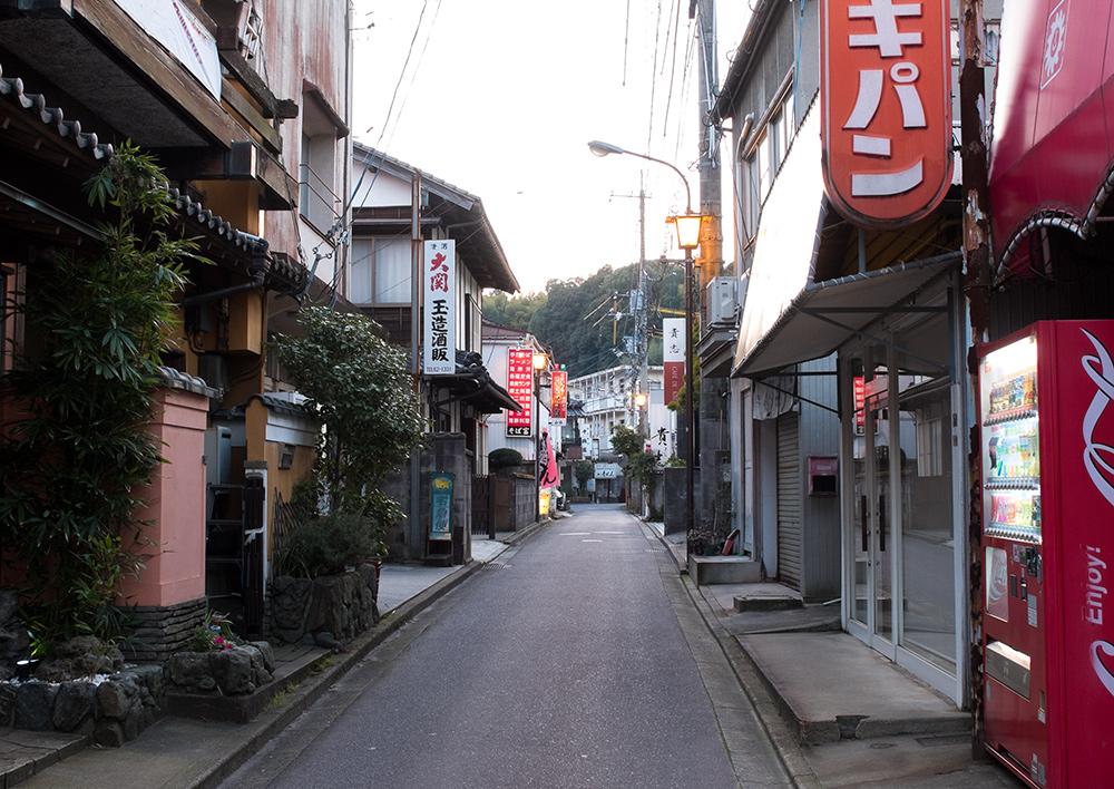 Petites ruelles rétro du village de Tamatsukuri Onsen