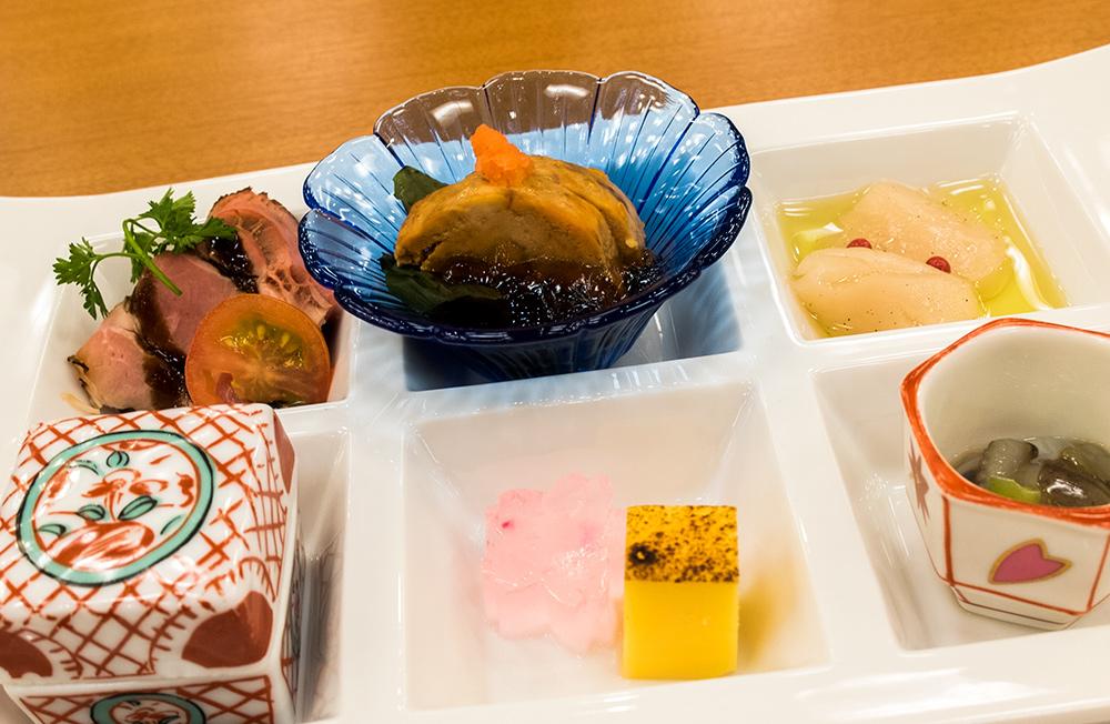 Entrées : Viande froide, foie de lotte, St Jacques, flan salé chawanmushi, castela, takowasa (poulpe cru et wasabi)
