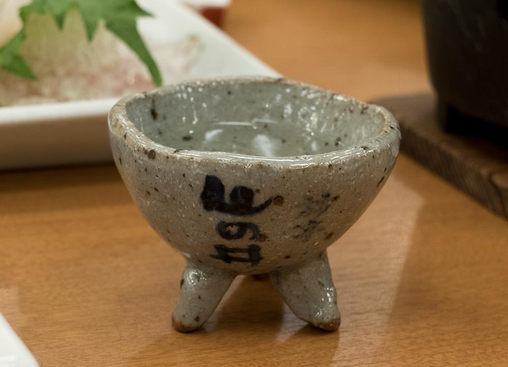 un joli o-choko de terre cuite avec le nom du ryokan calligraphié