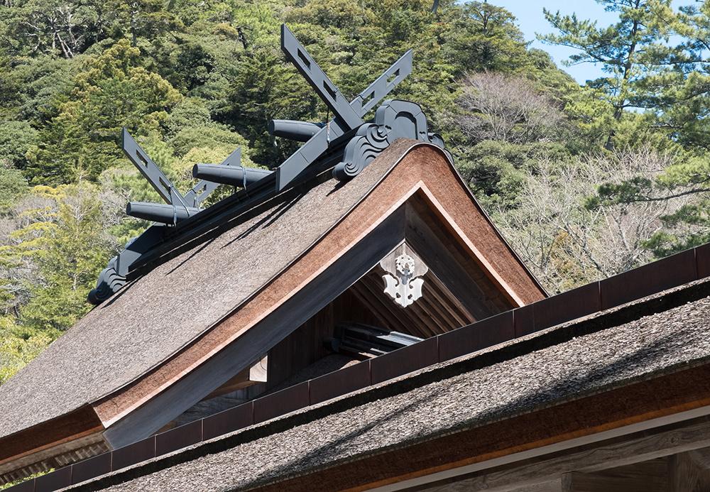 Toiture de style Taishadzukuri, avec des poutres chigi en ciseau