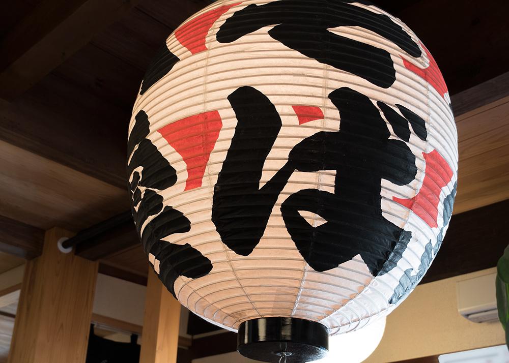 grosse lanterne de papier dans un restaurant d'izumo soba, Japon