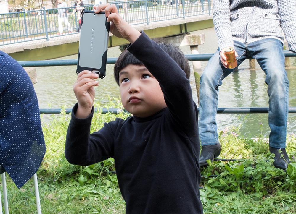 petit enfant japonais jouant avec un smartphone