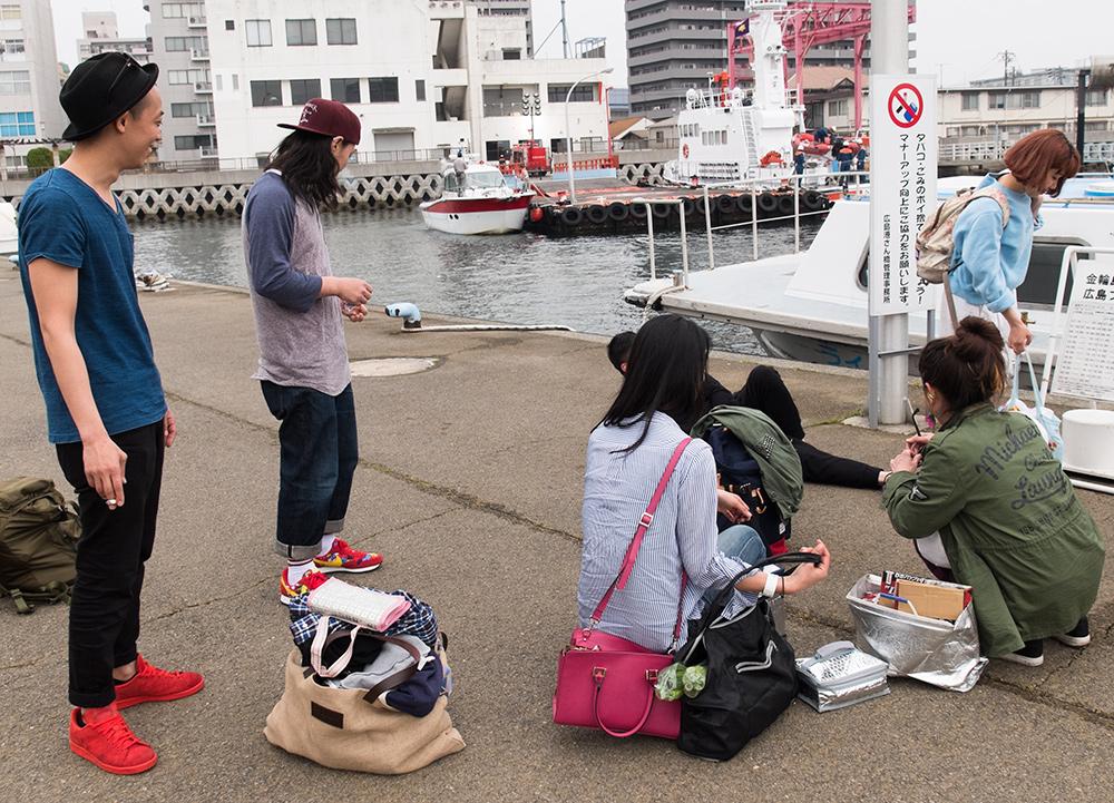 départ du ferry pour Kanawajima, filles déjà en position caca (manière asiatique de s'assoir)