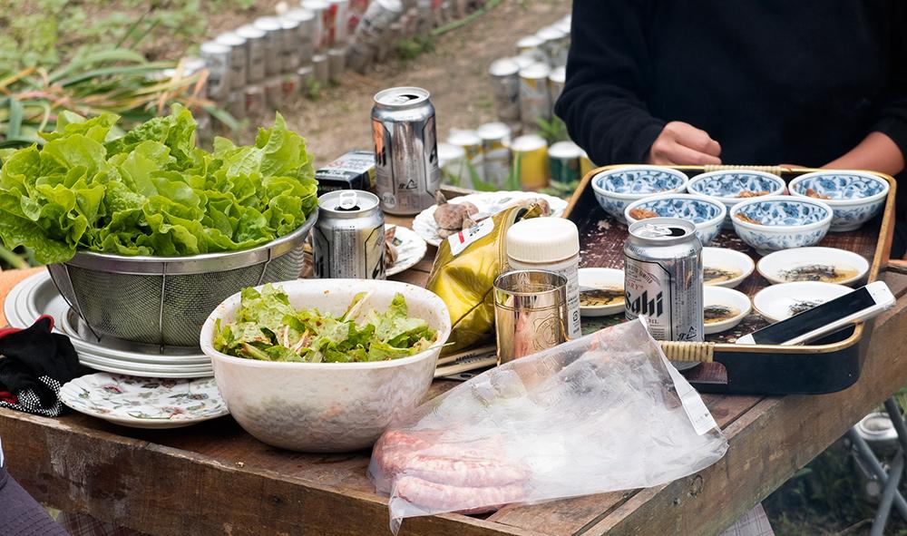 Table prête pour le samgyeopsal, plat coréen