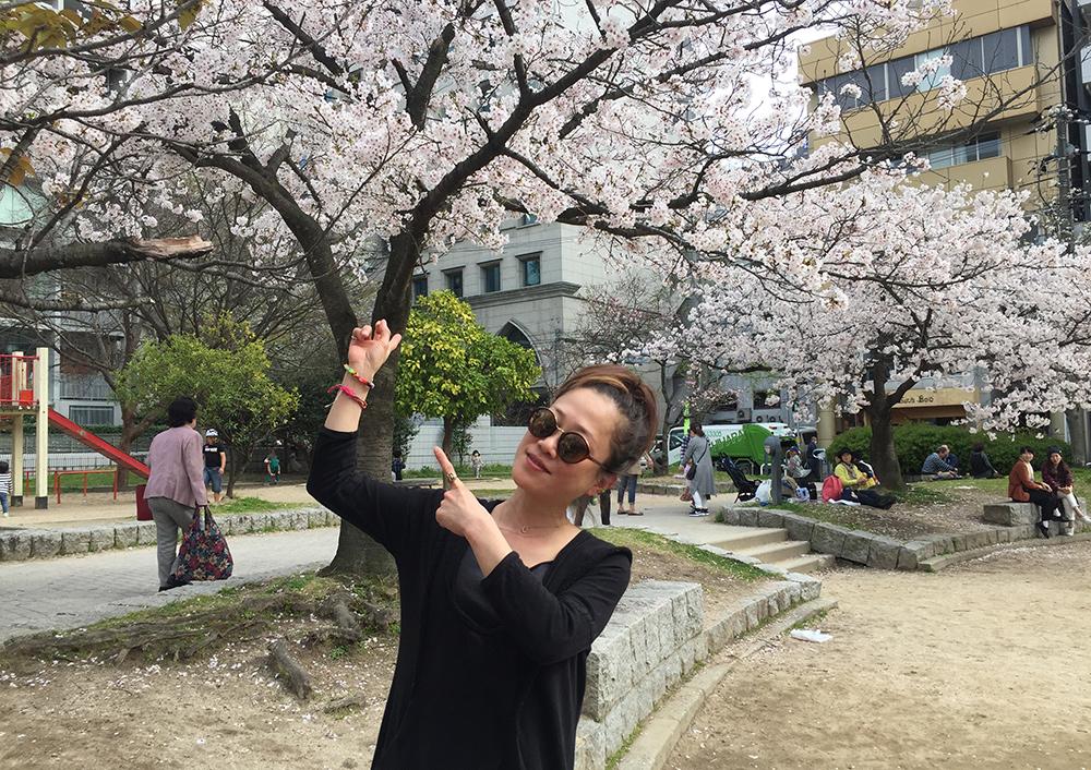 Shiho sous les sakura du Parc Fukuromachi, Hiroshima