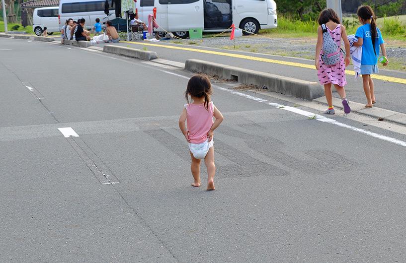 petite fille japonaise en couche sur la route