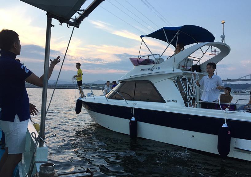 Un premier bateau nous rejoint