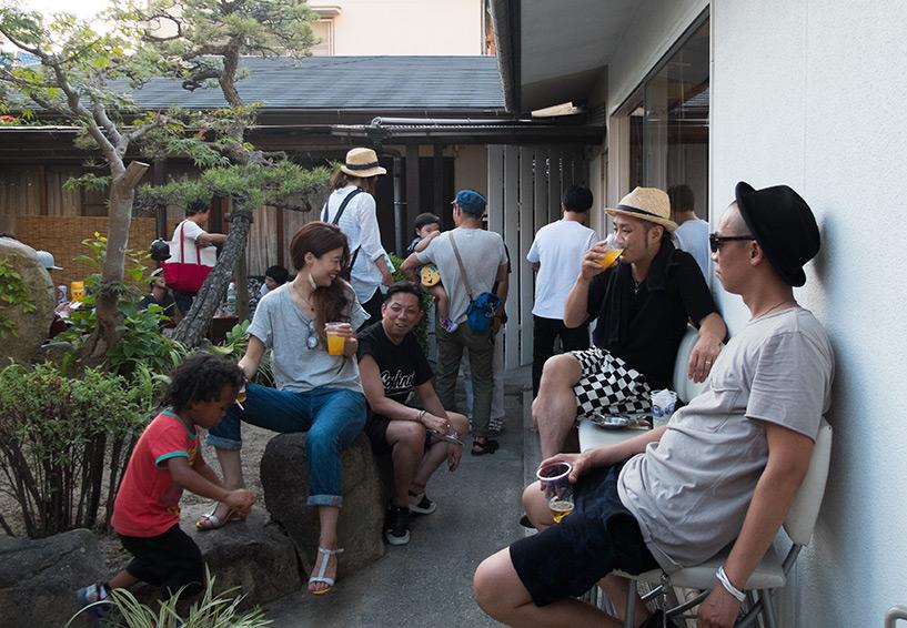 fête privée dans le jardin d'une maison japonaise