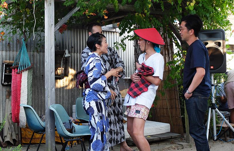 L'organisateur, avec le chapeau rouge et un couple canado-nippon en yukata