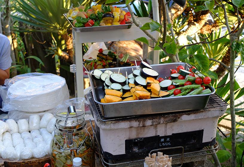 Riz, brochettes de légumes