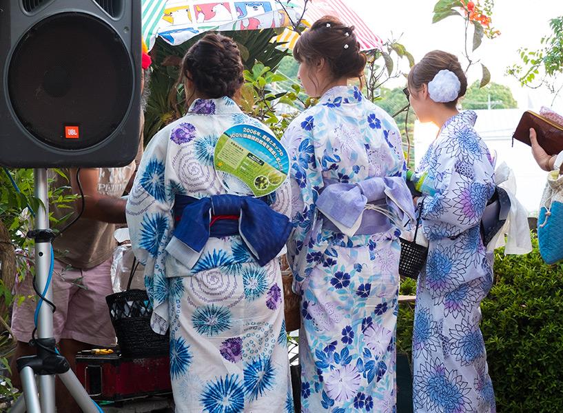 des filles en yukata à côté des enceintes sur du son reggae