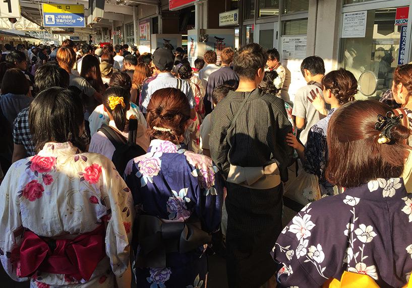 arrivée sur les quais bondés de Miyajima-guchi pour les hanabi