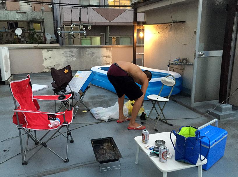 Préparatifs du barbecue et de la piscine gonflable sur ma terrasse