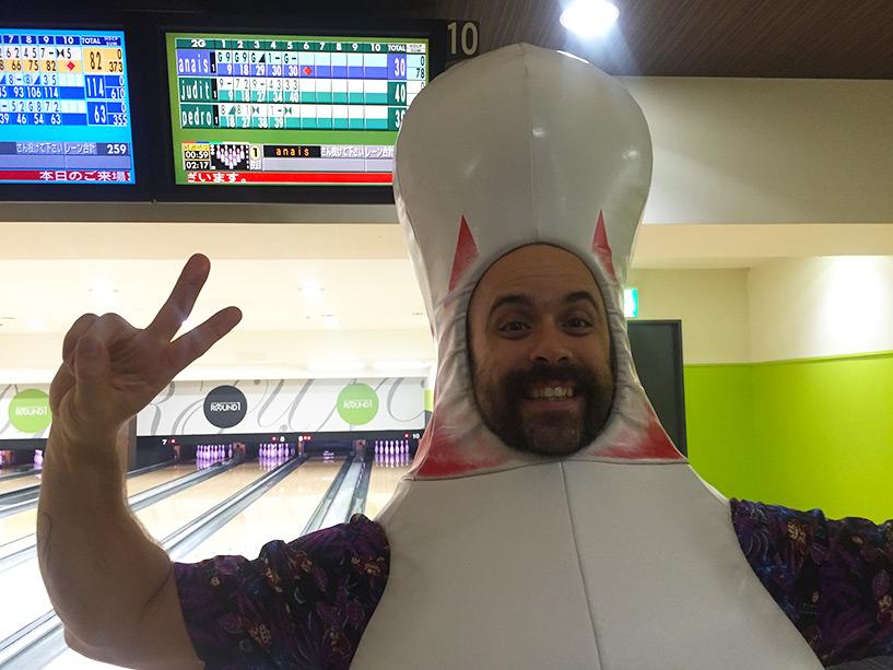 Pedro déguisé en quille au bowling, normal