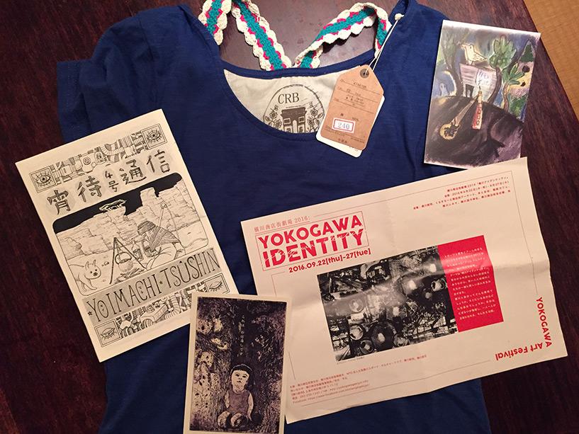 Poster du festival, fanzines et cartes postales, un t-shirt à 2 euros acheté dans un bazar