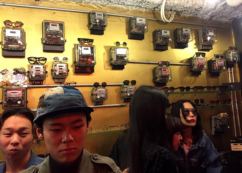 lunettes présentées sur des compteurs électriques