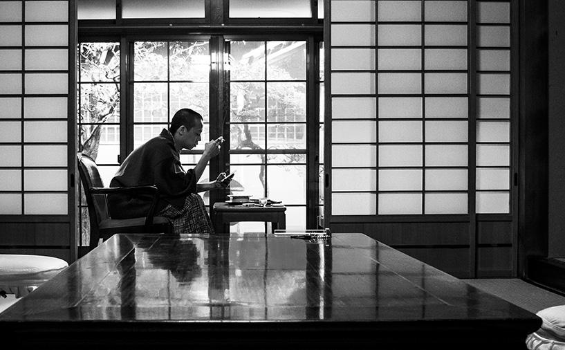 en yukata dans la chambre de ryokan